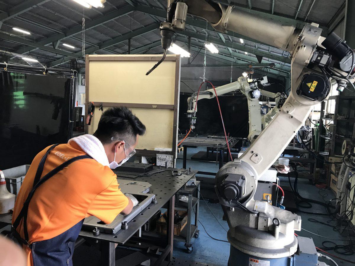 Công việc vận hành máy hàn Robot