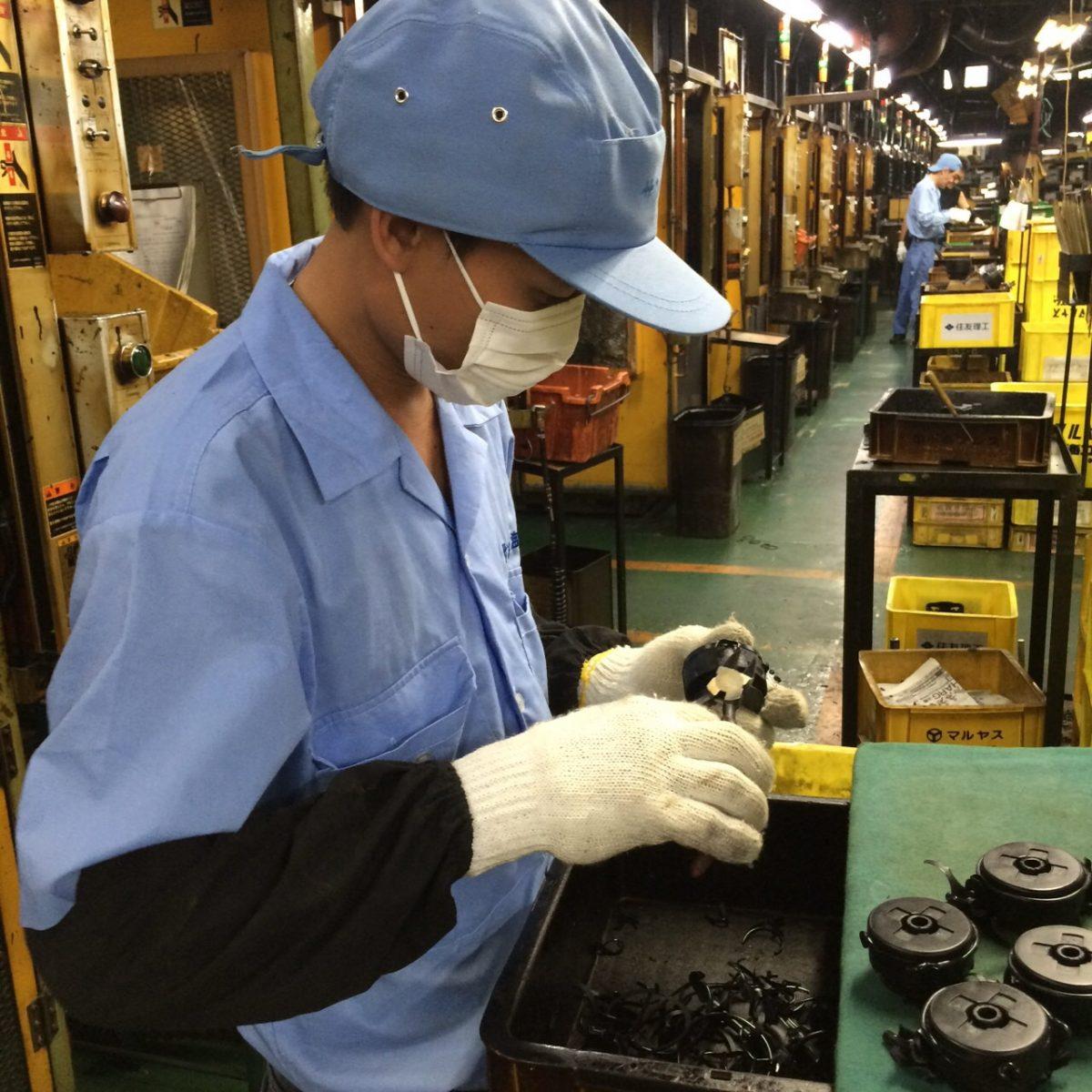 Vận hành máy ép nhựa sản xuất linh kiện ô tô