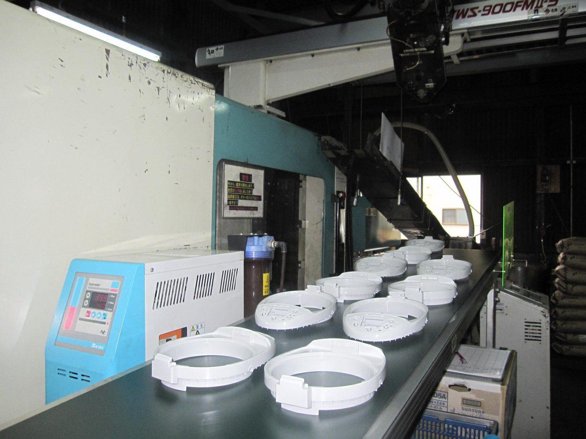 Vận hành máy ép nhựa sản xuất đồ gia dụng